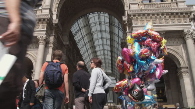 ms la td galleria vittorio emanuele ii with tourists / milan, italy - mercante video stock e b–roll