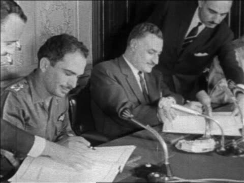 gamal abdel nasser signing treaty joining forces with king hussein / six day war / newsreel - sechstagekrieg stock-videos und b-roll-filmmaterial