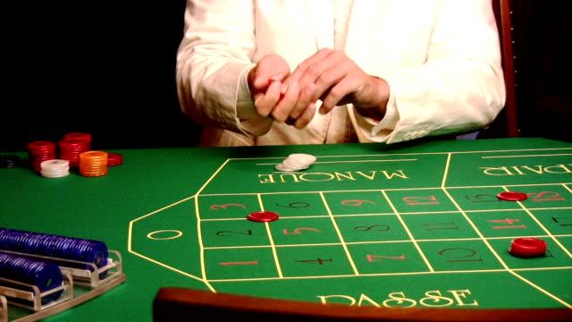 vídeos de stock, filmes e b-roll de gambler colocando batata chips - jogo da sorte