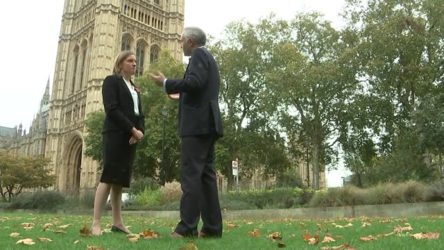 vídeos de stock, filmes e b-roll de maximum stake on fixed odds betting machines to be cut westminster ext tracey crouch mp interview sot - agachando se