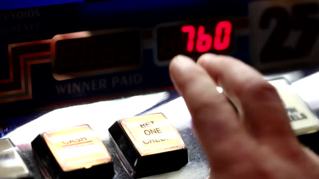 vídeos y material grabado en eventos de stock de juegos de azar - máquina con ranura