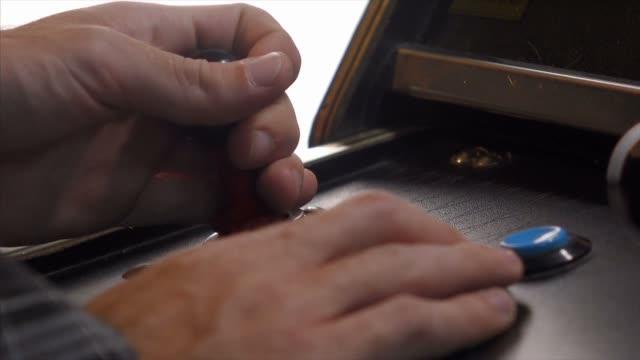 vídeos de stock, filmes e b-roll de jogo arcade - obsoleto
