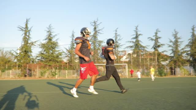 動きの nfl ゲーム - アメリカンフットボールヘルメット点の映像素材/bロール