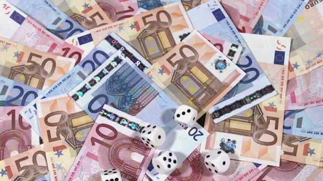 vídeos de stock, filmes e b-roll de ms slo mo game of 5 white dices on pile of euro bills / vieux pont en auge, normandy, france - nota de cinquenta euros