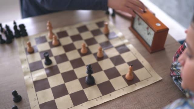 運動中のチェスのゲーム - 余暇 ゲームナイト点の映像素材/bロール