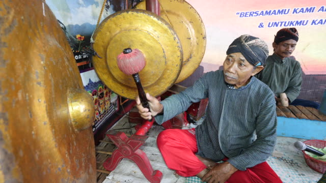 vídeos de stock e filmes b-roll de gamelan is a traditional musical ensemble that originates from java and bali gamelan is used to refer to the music that the ensemble plays the... - gamelão