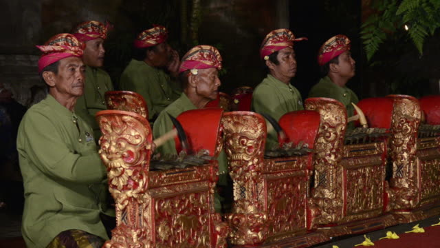 vídeos de stock e filmes b-roll de ms gamelan musicians are playing traditional balinese gamelan orchestra in palace of audio / ubud, bali, indonesia, asia - gamelão