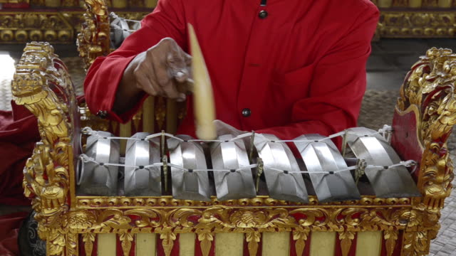 vídeos de stock e filmes b-roll de cu gamelan musicians is playing traditional balinese gamelan orchestra in asia audio / batubulan, bali, indonesia - gamelão
