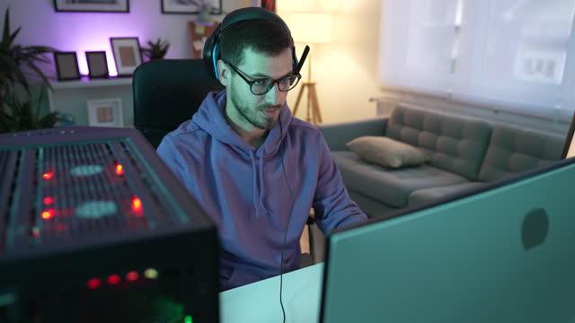 vídeos de stock, filmes e b-roll de gamer na sala de computadores - braço humano