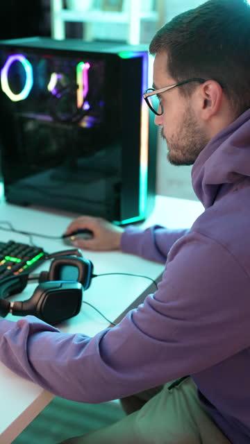gamer im computerraum - hoch position stock-videos und b-roll-filmmaterial