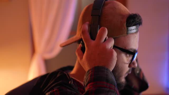 spieler online-videospiel auf seinem persönlichen computer spielen - mikrofon stock-videos und b-roll-filmmaterial