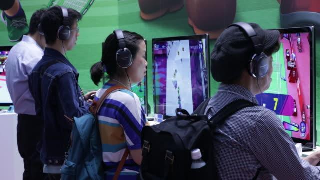 gamers at tokyo game show 2019 held in chiba, japan, on friday, sep 13, 2019. - tävlingsprogram bildbanksvideor och videomaterial från bakom kulisserna