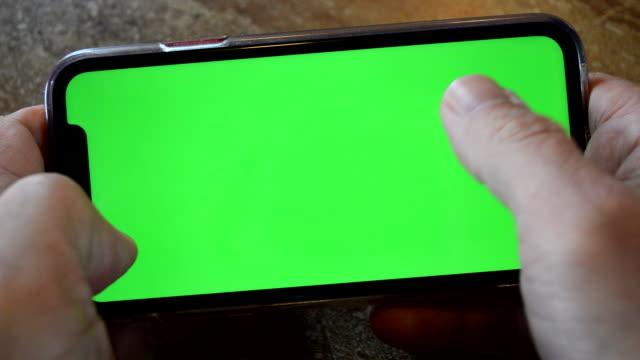 スマートフォンでのゲーム - 空白の画面点の映像素材/bロール