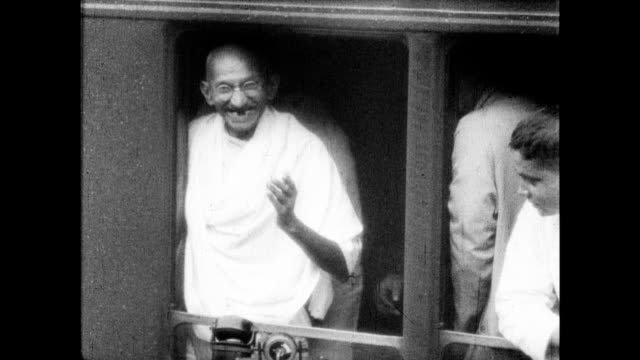 stockvideo's en b-roll-footage met gandhi speaking with man and joking with him on train - mahatma gandhi