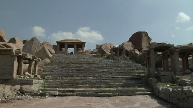stockvideo's en b-roll-footage met ws, ganesha temple, hampi, karnataka, india - waaierpalm