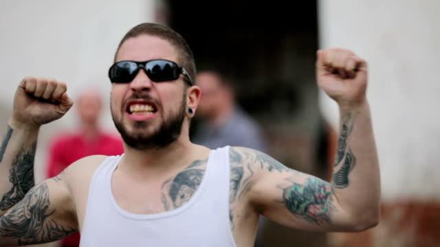 vídeos de stock e filmes b-roll de gang member threatens - gangue