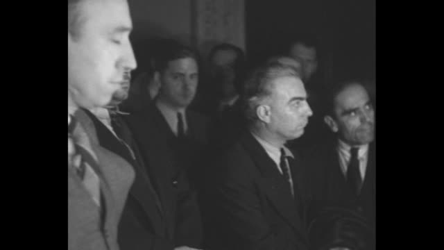 vídeos de stock, filmes e b-roll de gang of counterfeiters standing before judge or commissioner; heavy-set man with butch haircut and widow's peak is robert l. godby, united states... - advogado