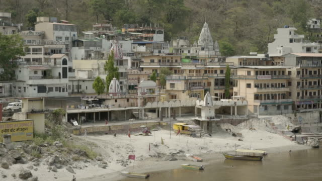 vídeos de stock, filmes e b-roll de w/s ganges river bank, rishikesh, india - rishikesh