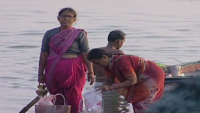 ganges river. people performing ritual ablutions in the river. - ヒンズー教点の映像素材/bロール
