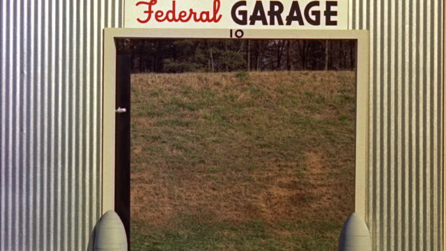 cu  gangster figure passes doorway of federal garage at hogan's alley / washington d.c. , united states - il cattivo video stock e b–roll