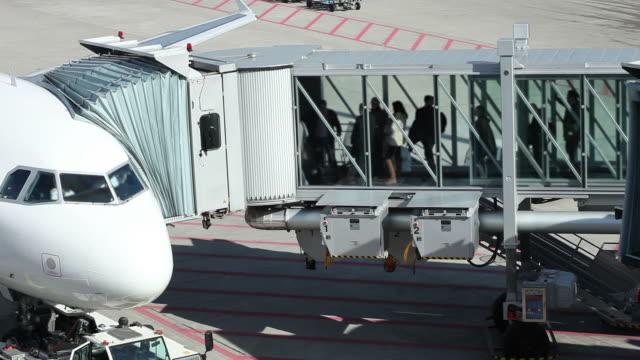 gangway zum flugzeug-zeitraffer - einsteigen stock-videos und b-roll-filmmaterial