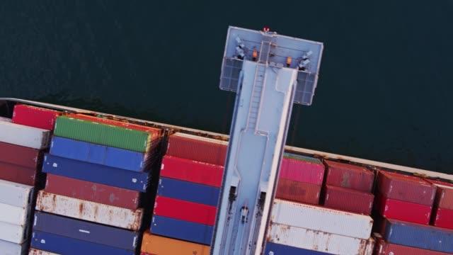 vídeos y material grabado en eventos de stock de grúa pórtico sobre el barco de contenedores en el puerto - vista aves - long beach los ángeles