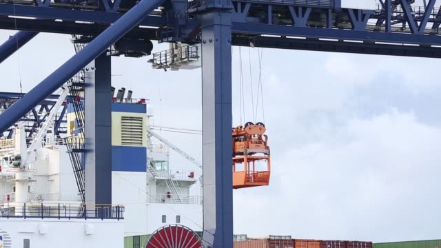 vidéos et rushes de gantry cranes load containers onto the china shipping container lines co cscl brisbane container ship at terminal 3 of port botany operated by sydney... - plateforme