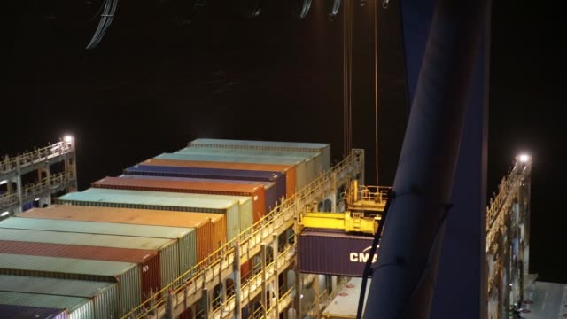 vídeos y material grabado en eventos de stock de gantry cranes load shipping containers onto the cargo bay of cma cgm sa's benjamin franklin container ship docked at the xiamen songyu container... - benjamín franklin