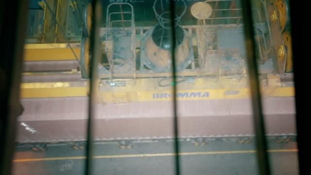 vídeos y material grabado en eventos de stock de gantry cranes operaciones, vista mirando hacia abajo desde la cabina del operador - grulla de papel