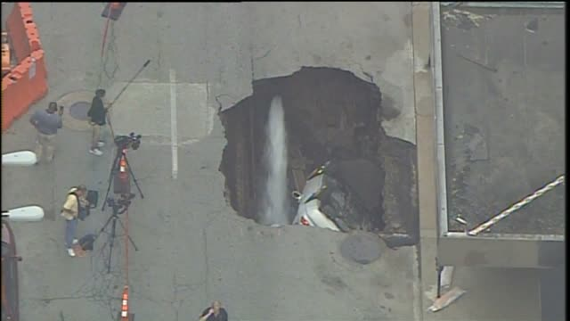 stockvideo's en b-roll-footage met gaping hole, about 20 feet deep and 8 to 10 feet across, taking up the southbound lane of north sixth street, between olive and locust streets... - gat