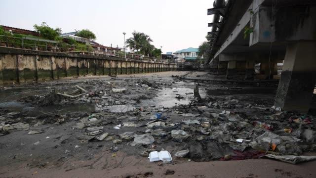 ゴミや海に海の排水管に住宅および産業工場からの汚水 - 汚れた点の映像素材/bロール