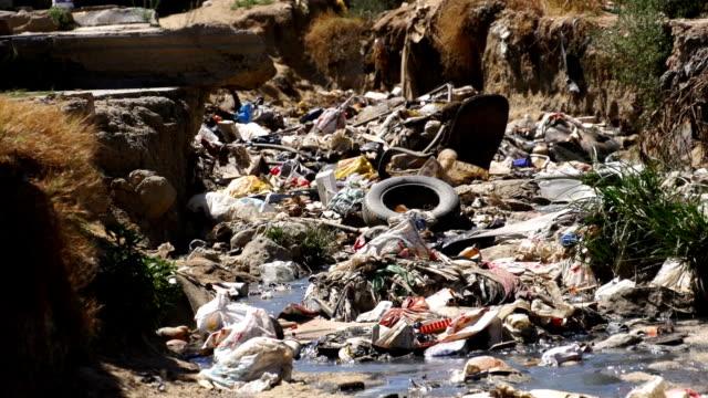 vidéos et rushes de ms garbage in ditch / diepsloot/ south africa - en plastique