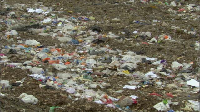 cu, pan, garbage on landfill site, ardley, oxfordshire, united kingdom - 埋め立てごみ処理地点の映像素材/bロール