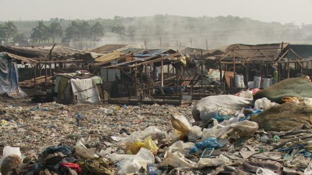 garbage surrounding manila slum - fattigkvarter bildbanksvideor och videomaterial från bakom kulisserna