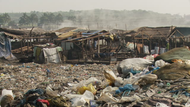 vídeos de stock e filmes b-roll de garbage surrounding manila slum - bairro de lata