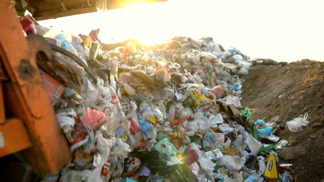 ごみを投棄するごみ収集車。ごみ運搬車 - ゴミ収集車点の映像素材/bロール