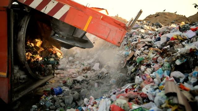 ごみを投棄するごみ収集車。ごみ運搬車 - ゴミ袋点の映像素材/bロール