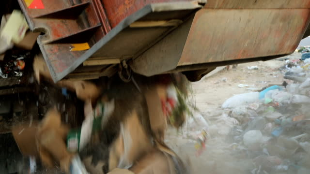 stockvideo's en b-roll-footage met vuilniswagen op een stortplaats dumping het vuilnis. voertuig transporteren vuilnis naar afval - afvalcontainer container