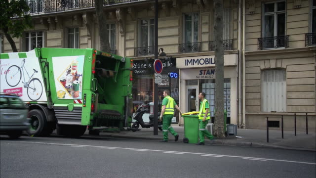 ms, garbage truck on street, paris, france - frankreich stock-videos und b-roll-filmmaterial
