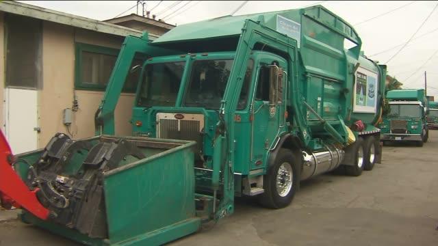 stockvideo's en b-roll-footage met ktla garbage trucks in los angeles - goede staat