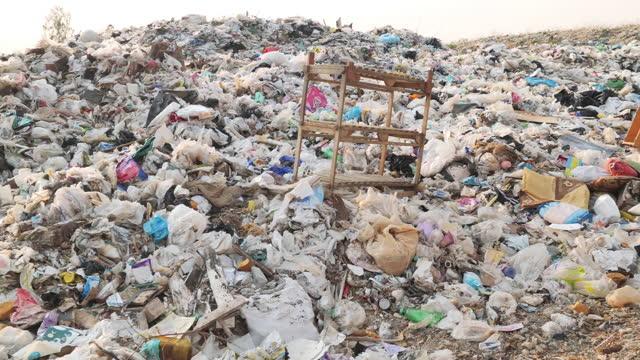 vídeos de stock e filmes b-roll de garbage,rubbish pile - poluição do plástico