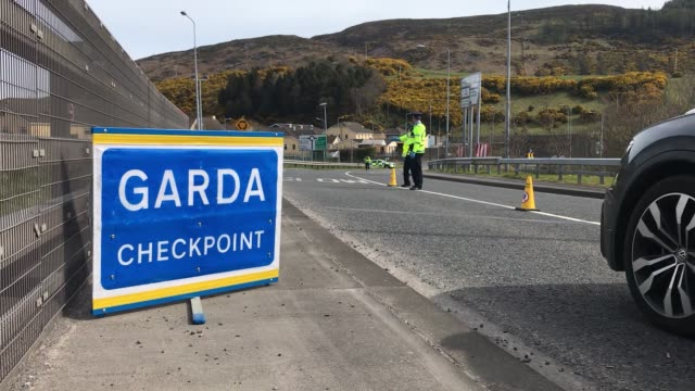 garda mount a coronavirus checkpoint on the border with northern ireland, at carrickcarnon in co louth. the police are cracking down non-essential... - nordirland bildbanksvideor och videomaterial från bakom kulisserna
