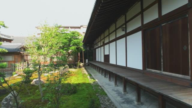 日本のお寺の庭園。京都、日本 - 寺院点の映像素材/bロール
