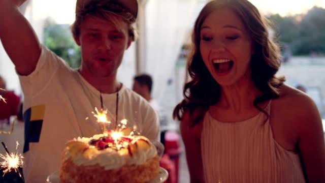 garten-geburtstags-party - geburtstag stock-videos und b-roll-filmmaterial
