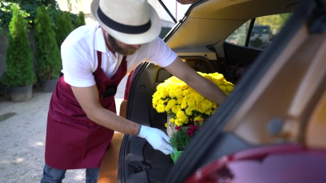 vídeos de stock e filmes b-roll de garden center, flower delivery concept - carrinha veículo