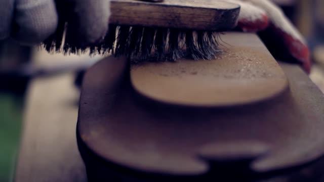 vidéos et rushes de jardin bricolage. la restauration de bol en fonte rouillée. - réparer