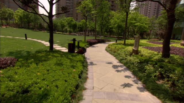 vídeos y material grabado en eventos de stock de ws pov garden on grounds of skyway landis hotel, shanghai, china - cámara en mano