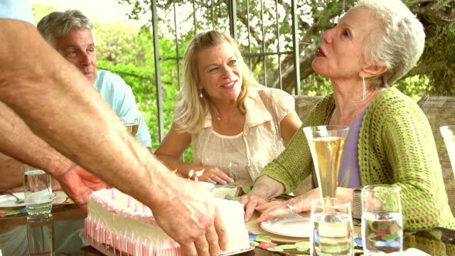 stockvideo's en b-roll-footage met slow motion - garden party cake mature couples. - huisbezoek