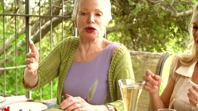 vídeos de stock e filmes b-roll de câmara lenta de festa de jardim bolo de casais maduros. - chamada a casa