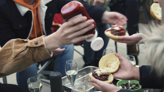 vídeos de stock, filmes e b-roll de comida de festa jardim - frio
